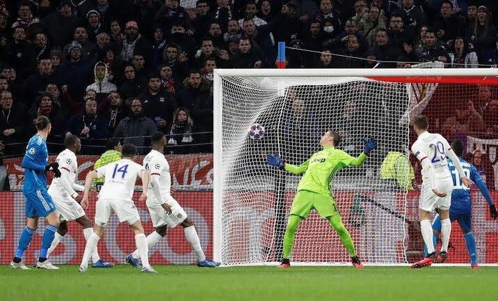 Tousart đệm bóng tung lưới Juventus. Ảnh: Reuters.