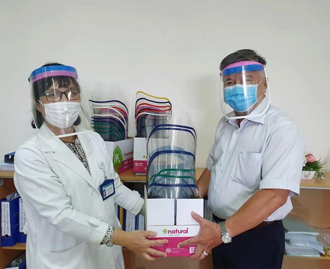 Phòng dịch COVID-19: Bác sĩ hướng dẫn làm nón kính bảo hộ, ai cũng làm được - ảnh 12