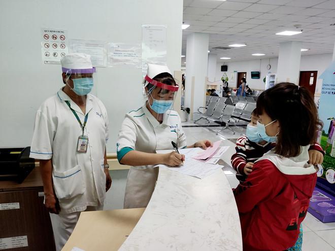 Phòng dịch COVID-19: Bác sĩ hướng dẫn làm nón kính bảo hộ, ai cũng làm được - ảnh 1