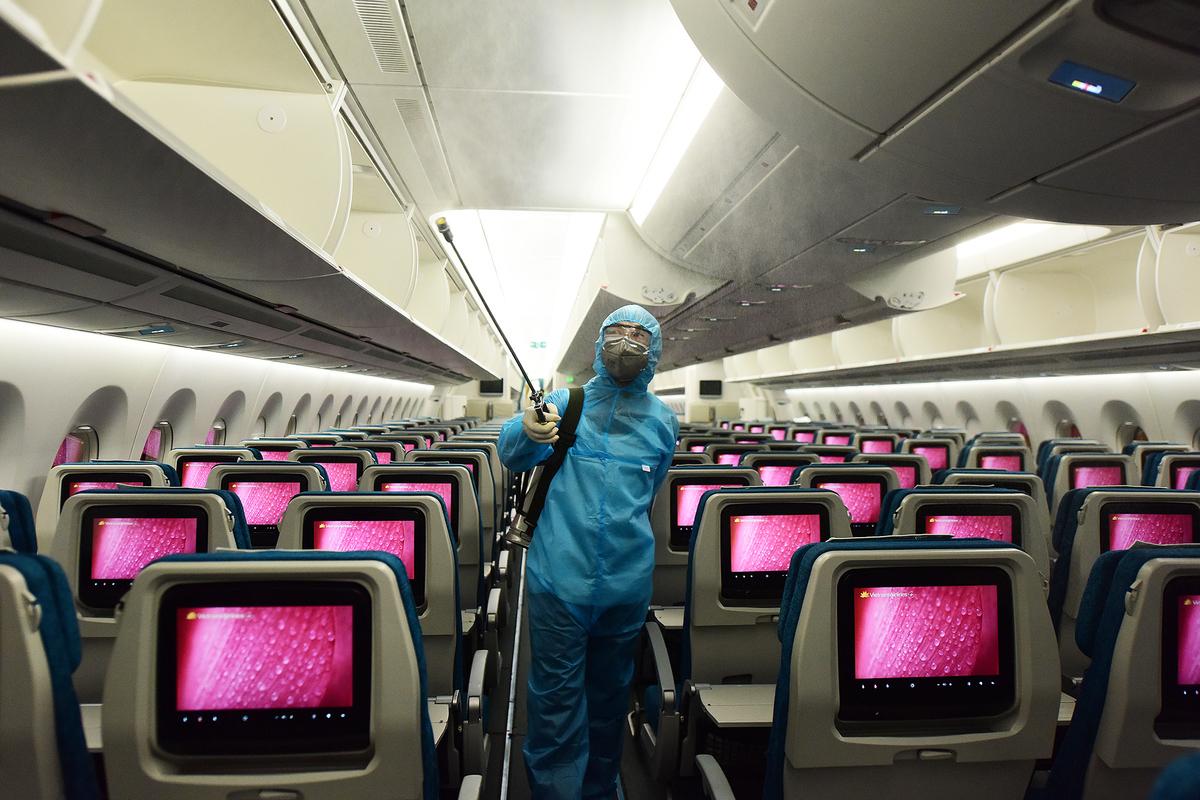 Khử trùng trên máy bay của Vietnam Airline. Ảnh: Giang Huy