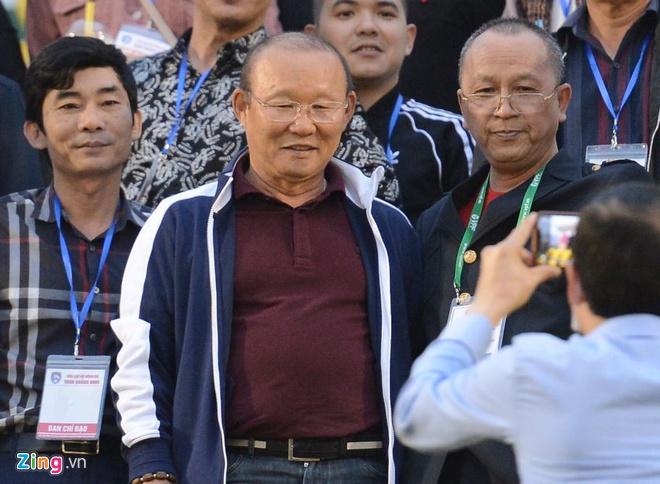 Mac Hong Quan lap cong, CLB Ha Noi om han tai san Cam Pha hinh anh 4 a_zing.JPG