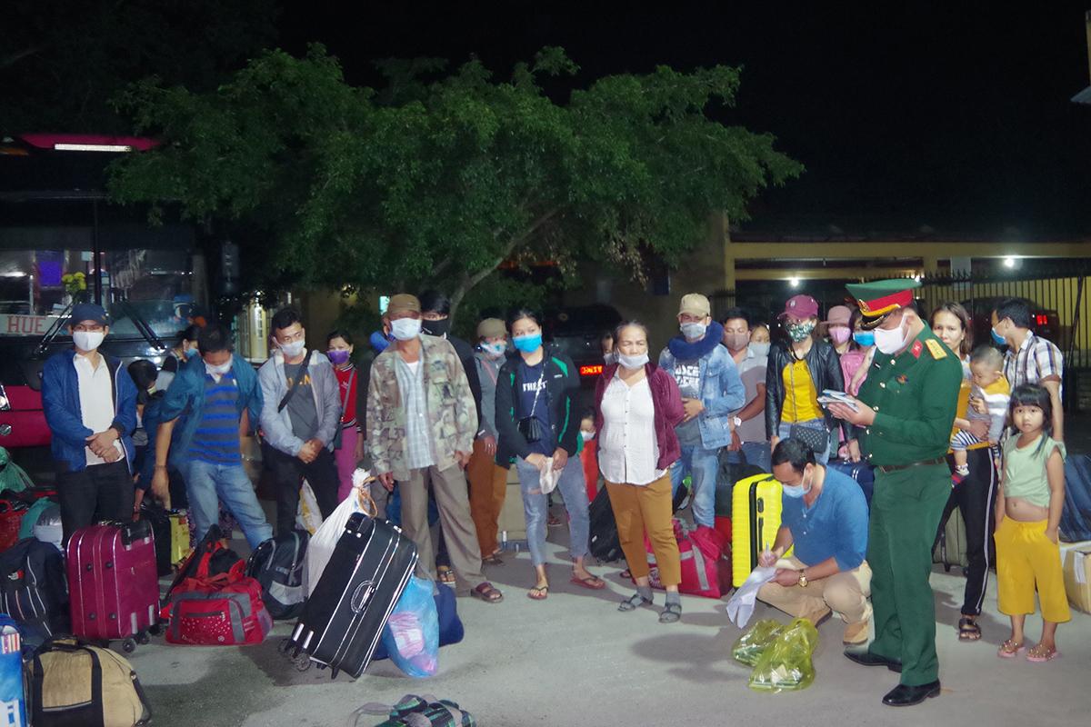 Quân đội đón công dân từ Lào trở về vào khu cách ly tập trung. Ảnh: Võ Thạnh