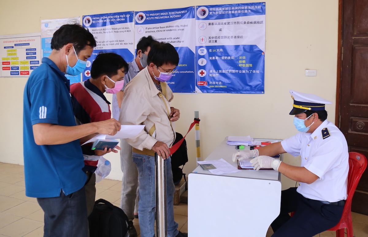 Bác sĩ Phong đang kiểm dịch y tế tại cửa khẩu quốc tế Lao Bảo. Ảnh: Hoàng Táo