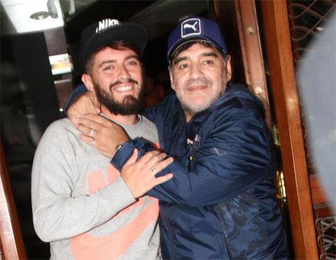 Diego Sinagra (trái) và ông bố nổi tiếng Maradona đoàn tụ năm 2016