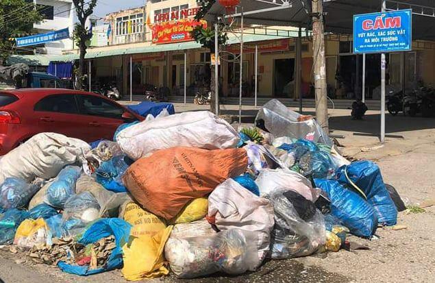Rác chất đống trước chợ Ái Nghĩa, huyện Đại Lộc chưa được thu gom. Ảnh:Đắc Thành.