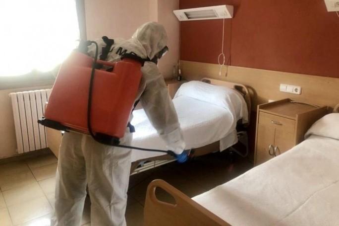 Covid-19 ở Tây Ban Nha: Bị bỏ mặc, người già phải sống cùng thi thể trong viện dưỡng lão - Ảnh 1.