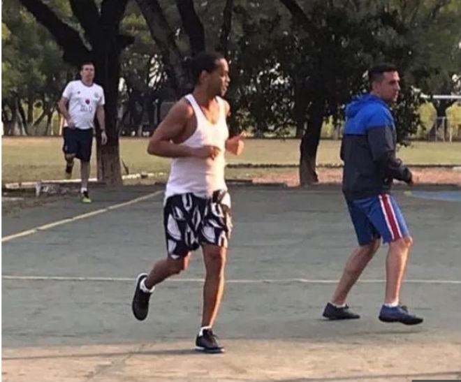 Ronaldinho ngồi tù bị nghi nhiễm Covid-19: Bạo chi 1,6 triệu USD có sớm tại ngoại? - 2