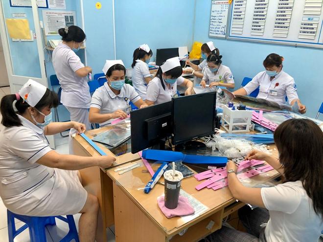 Phòng dịch COVID-19: Bác sĩ hướng dẫn làm nón kính bảo hộ, ai cũng làm được - ảnh 7