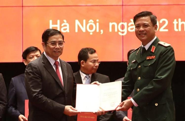 Trưởng Ban Tổ chức Trung ương Phạm Minh Chính trao giấy chứng nhận tốt nghiệp cho các học viên. Ảnh: TTX