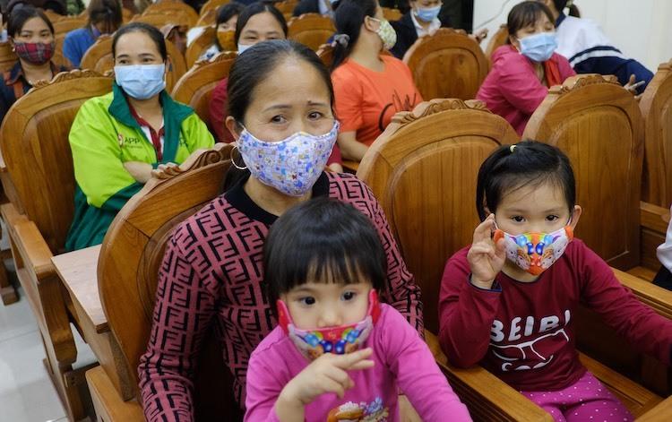 Người dân xã Sơn Lôi đến dự lễ công bố hết cách ly. Ảnh: Giang Huy