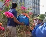 Người dân ném hàng hóa vào khu cách ly KTX ĐH Quốc Gia bất chấp có thông báo ngưng nhận đồ tiếp tế