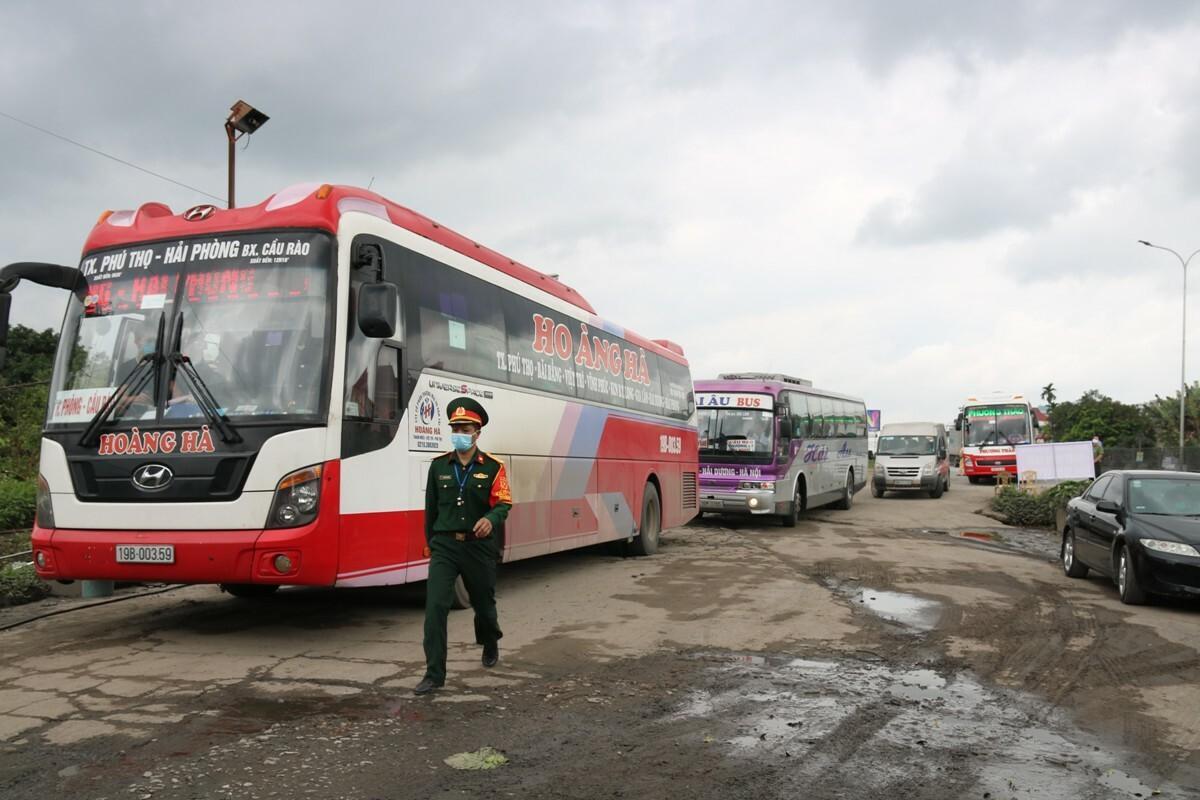 Các xe nối đuôi nhau vào kiểm tra y tế tại chốt số 1 trên quốc lộ 5, Hải Phòng. Ảnh: Giang Chinh