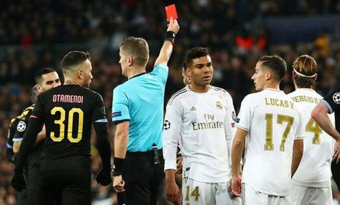 Ramos (áo trắng, số 4) nổi tiếng về việc không ngần ngại phạm lỗi. Ảnh: Reuters.