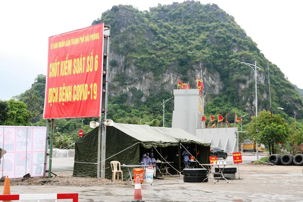 Chốt kiểm soát ncovid số 6 trên quốc lộ 10, huyện Thủy Nguyên. Ảnh: Giang Chinh