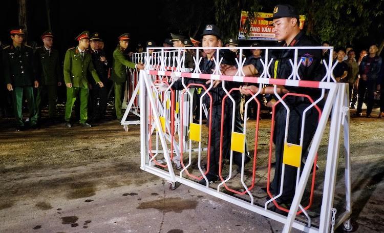 Cảnh sát dỡ bỏ chốt kiểm soát ra vào xã Sơn Lôi lúc 0h ngày 4/3. Ảnh: Giang Huy