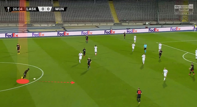 Bailly dẫn bóng lên gần vòng tròn trung tâm và hướng về phía vòng cấm đối thủ