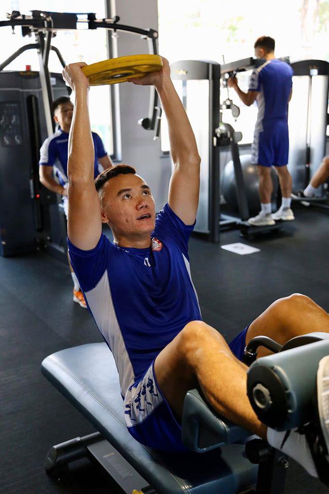 Công Phượng, Bùi Tiến Dũng chăm chỉ tập luyện trong phòng gym chờ ngày trở lại sân cỏ - Ảnh 2.