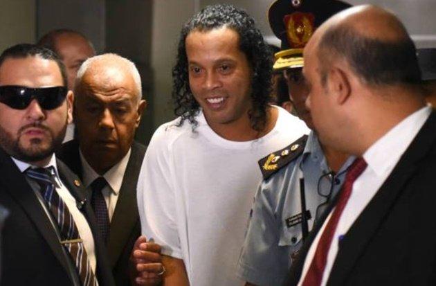Ảnh Ronaldinho sau khi rời nhà tù - Bóng Đá