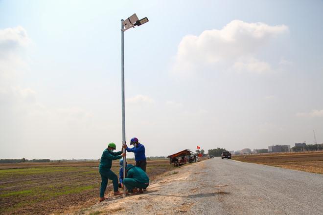 Đội nắng hoàn thiện công trình thắp sáng 23 km đường tuần tra biên giới - ảnh 1