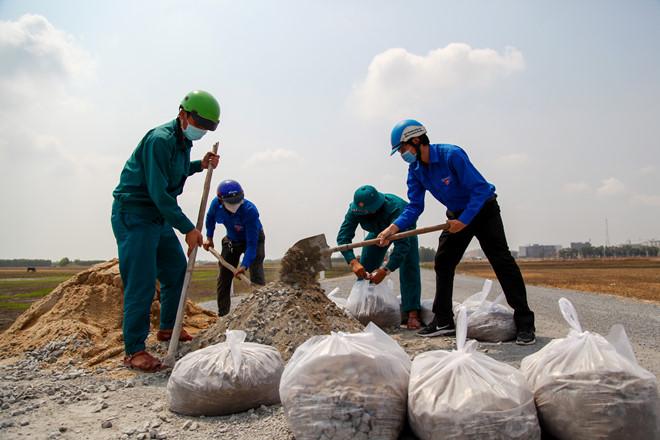 Đội nắng hoàn thiện công trình thắp sáng 23 km đường tuần tra biên giới - ảnh 3
