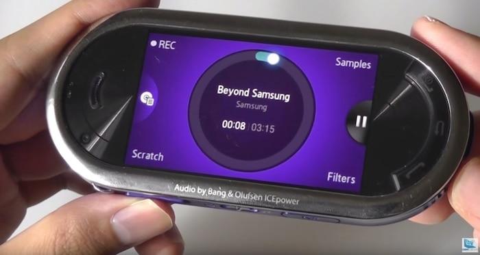 """Samsung Galaxy Beat DJ (2009): Samsung Galaxy Beat DJ không chỉ được thiết kế để phục vụ việc nghe nhạc - nó được tạo ra cho cả việc… DJ. Chiếc điện thoại có ngoại hình khá kì lạ này theo đó được cài sẵn một ứng dụng DJ để người dùng có thể khám phá. Dù vậy, Galaxy Beat DJ được cho là không nhận được nhiều thành công. CNET từng đánh giá ứng dụng DJ nói trên là """"một trong nhứng tính năng không được sử dụng nhất mọi thời đại."""" Điểm đáng nói là chiéc Beat DJ này có công nghệ âm thanh đến từ Bang & Olufsen."""
