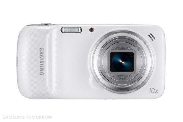 Samsung Galaxy S4 Zoom (2013): Đúng như tên gọi của mình, Samsung Galaxy S4 Zoom là một chiếc smartphone lai máy ảnh với điểm mạnh nhất nằm ở khả năng zoom quang học lên đến 10x. Chiếc điện thoại này được ông lớn công nghệ Hàn Quốc cho ra mắt vào năm 2013 như một biến thể của chiếc Galaxy S4.