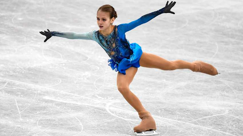 Ngả mũ trước nữ hoàng trượt băng nghệ thuật người Nga: Mới 15 tuổi đã sở hữu tới 4 kỷ lục Guinness - Ảnh 1.