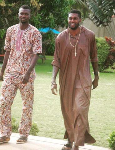 Adebayor tố cậu em Rotimi (trái) đã không biết bao nhiêu lần lấy cắp đồ của anh