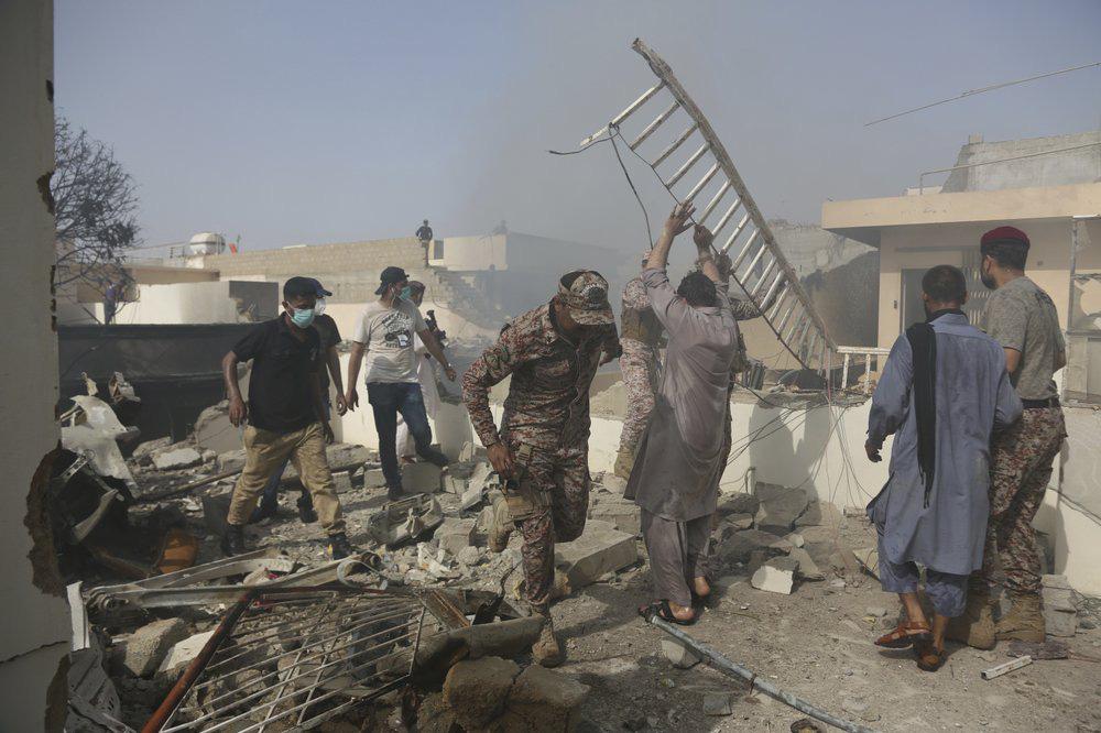 Hiện trường tang thương trong vụ rơi máy bay ở Pakistan: Nhiều nhà dân đổ sập, khói đen bốc lên ngùn ngụt - Ảnh 3.