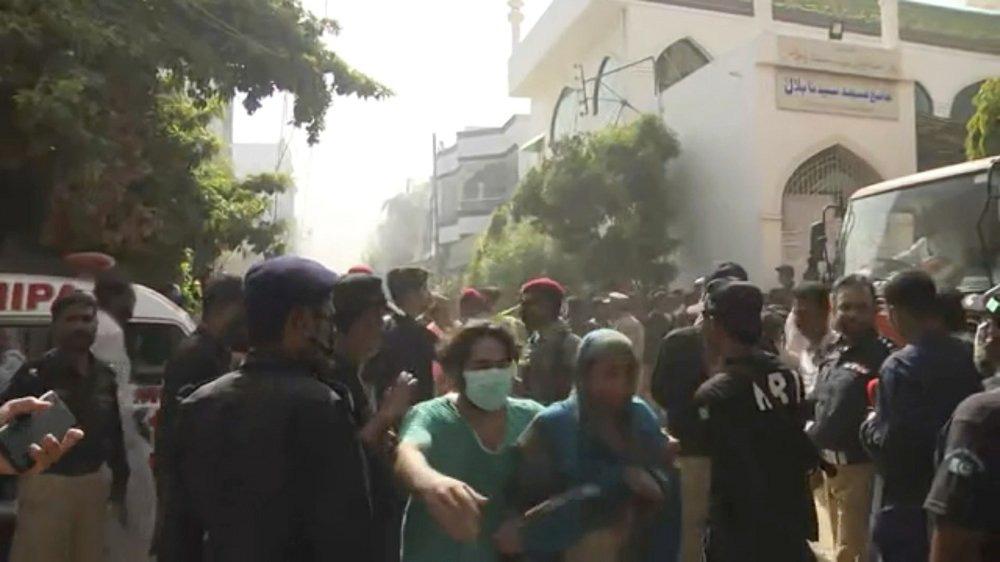 Hiện trường tang thương trong vụ rơi máy bay ở Pakistan: Nhiều nhà dân đổ sập, khói đen bốc lên ngùn ngụt - Ảnh 4.