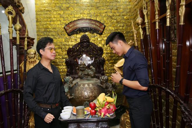 Siêu mẫu quỳ gối trước Ngọc Sơn trong lễ đổi nghệ danh2