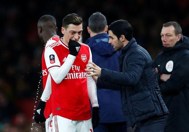 Arsenal thay Mesut Ozil bằng  Joe Willock  - Bóng Đá