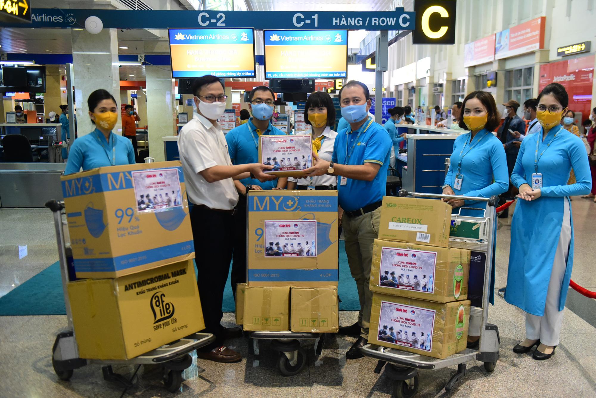 Tuổi Trẻ trao hàng ngàn vật phẩm, thiết bị y tế cho tuyến đầu chống dịch ở sân bay - Ảnh 1.