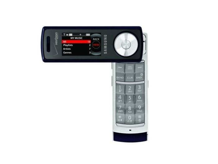 """Samsung Juke (2007): Với Juke, Samsung đã cố gắng tìm cách kết hợp một chiếc điện thoại và một chiếc máy chơi nhạc MP3. Kết quả là là người dùng có một thiết bị với thiết kế khá """"mỏng manh"""" đóng vai trò là một chiếc máy nghe nhạc khi đóng lại và một chiếc điện thoại khi mở ra. Bên cạnh phần bàn phím bấm cứng được giấu bên dưới màn hình mà người dùng có thể xoay để thấy và sử dụng. Samsun Juke còn có một bánh xe cuộn bằng kim loại có chức năng điều hướng các chế độ chơi nhạc trên màn hình."""