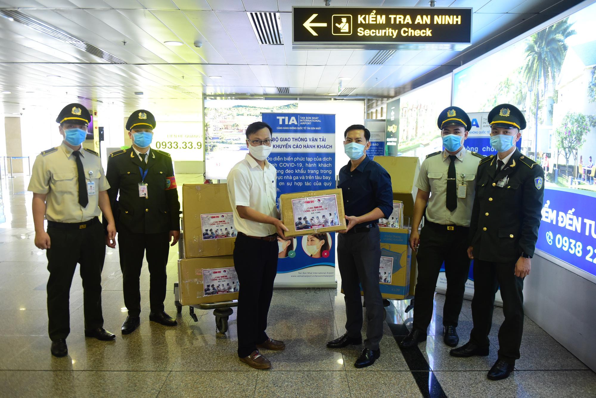 Tuổi Trẻ trao hàng ngàn vật phẩm, thiết bị y tế cho tuyến đầu chống dịch ở sân bay - Ảnh 2.