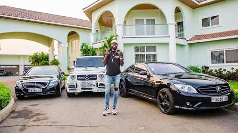 Emmanuel Adebayor: Người giàu không ngừng khóc