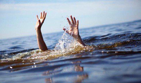 Bé gái đuối nước tử vong ở hồ trung tâm TP Vinh. - Ảnh 1.