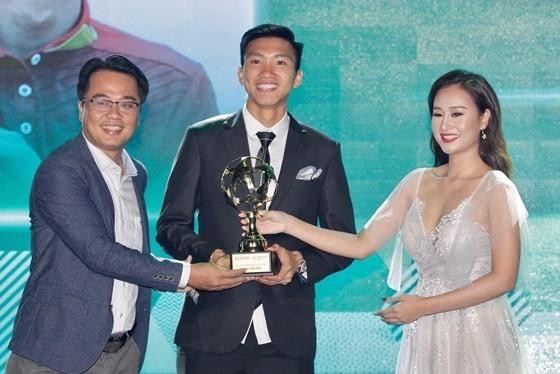 Văn Hậu đoạt giải cầu thủ trẻ nam xuất sắc nhất năm 2018. Ảnh SGGP