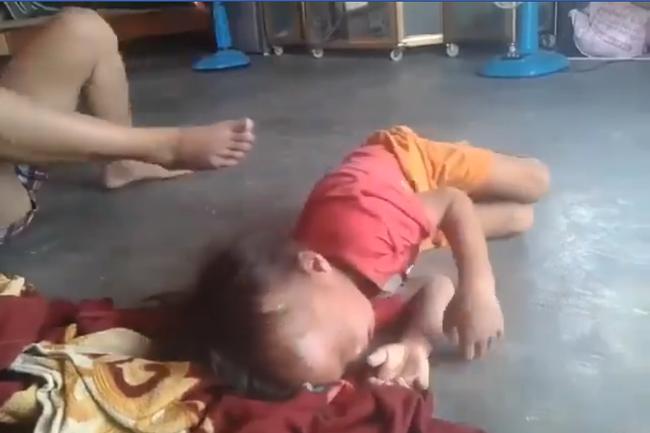 Xác minh thông tin người phụ nữ bóp cổ, đánh tới tấp vào đầu bé trai 5 tuổi khiến em khóc nấc - Ảnh 2.