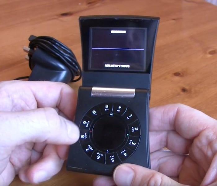 Bang & Olufsen Serene (2006): Bang & Olufsen Serene xứng đáng là một trong những chiếc điện thoại có thiết kế lạ nhất mọi thời đại với một bàn phím kiểu xoay và hình khối thân máy hình thang. Với mức giá 1.275 USD khi ra mắt, Bang & Olufsen Serene là kết quả của sự hợp tác giữa Samsung và công ty âm thanh Bang & Olufsen. Nó được quảng bá trên thị trường như một thiết bị cai cấp cho những tiến đồ âm thanh. Dù vậy, Bang & Olufsen Serene có nhiều điểm trừ. Business Inside cho biết người dùng sẽ cần đến một chiếc tuốc nơ vít để có thể tiếp cận được với phần pin và thẻ SIM của chiếc máy.