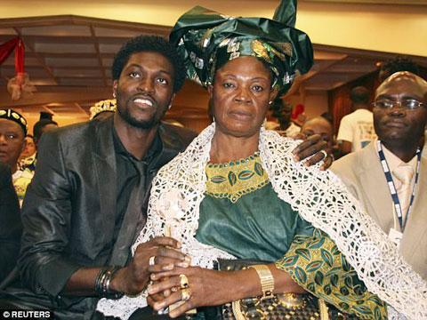 Adebayor tố chính mẹ anh đã yểm bùa anh hồi anh khoác áo Tottenham