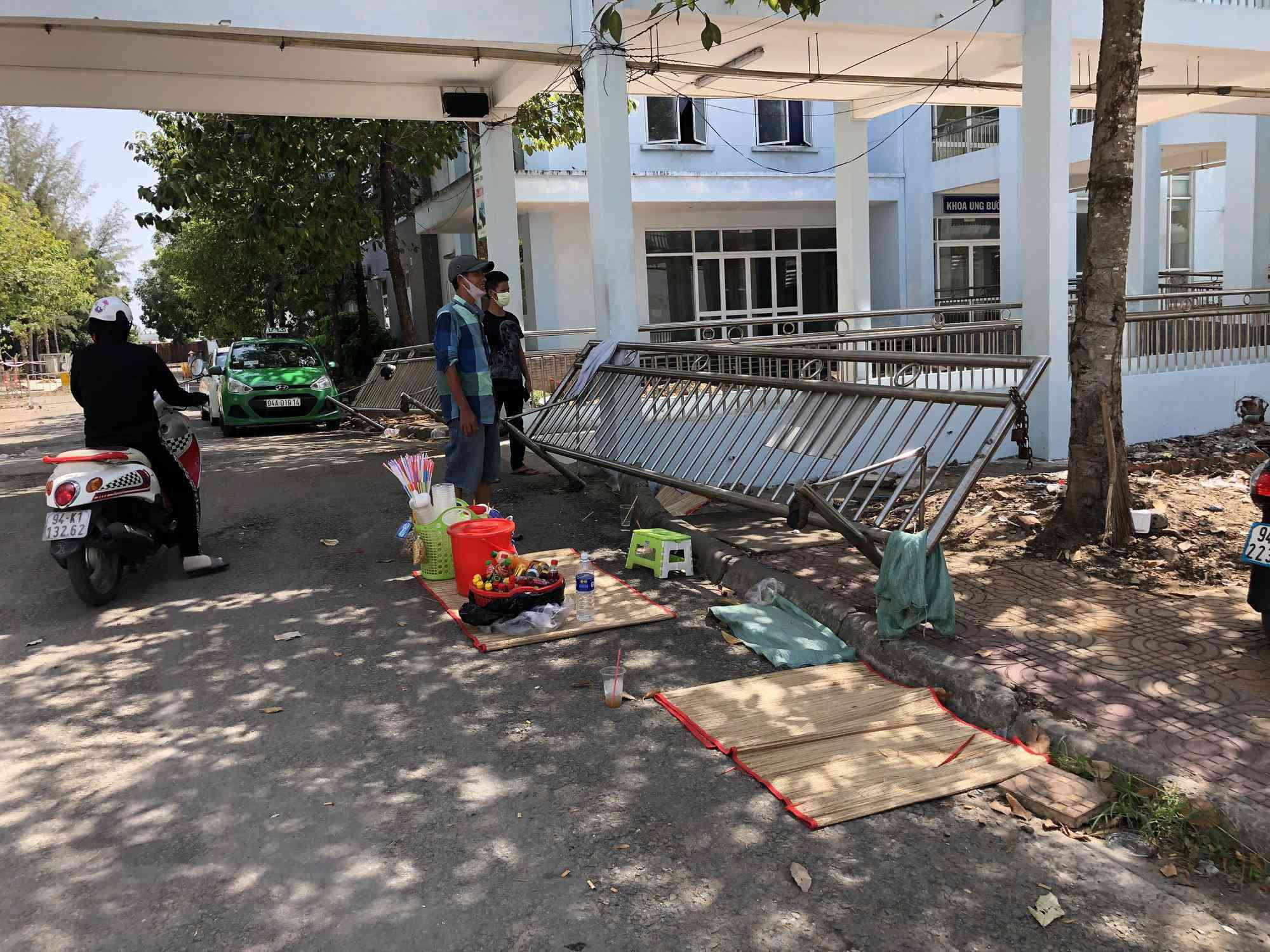 nguoi ban hang rong chi mat 20 giay de vao khu cach ly covid-19 benh vien da khoa bac lieu - 3