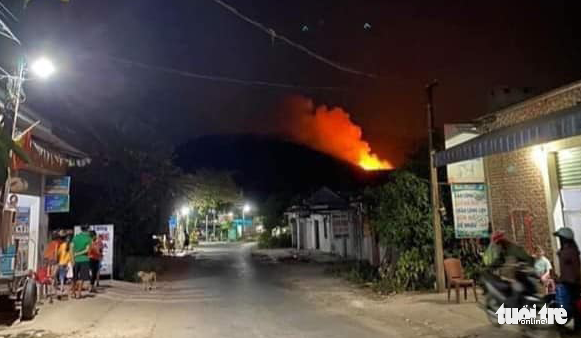 Rừng ở Hà Tĩnh, Nghệ An đang cháy đỏ trời trong đêm - Ảnh 4.