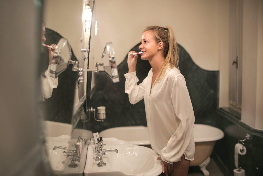 cách chữa nhiệt miệng - đánh răng