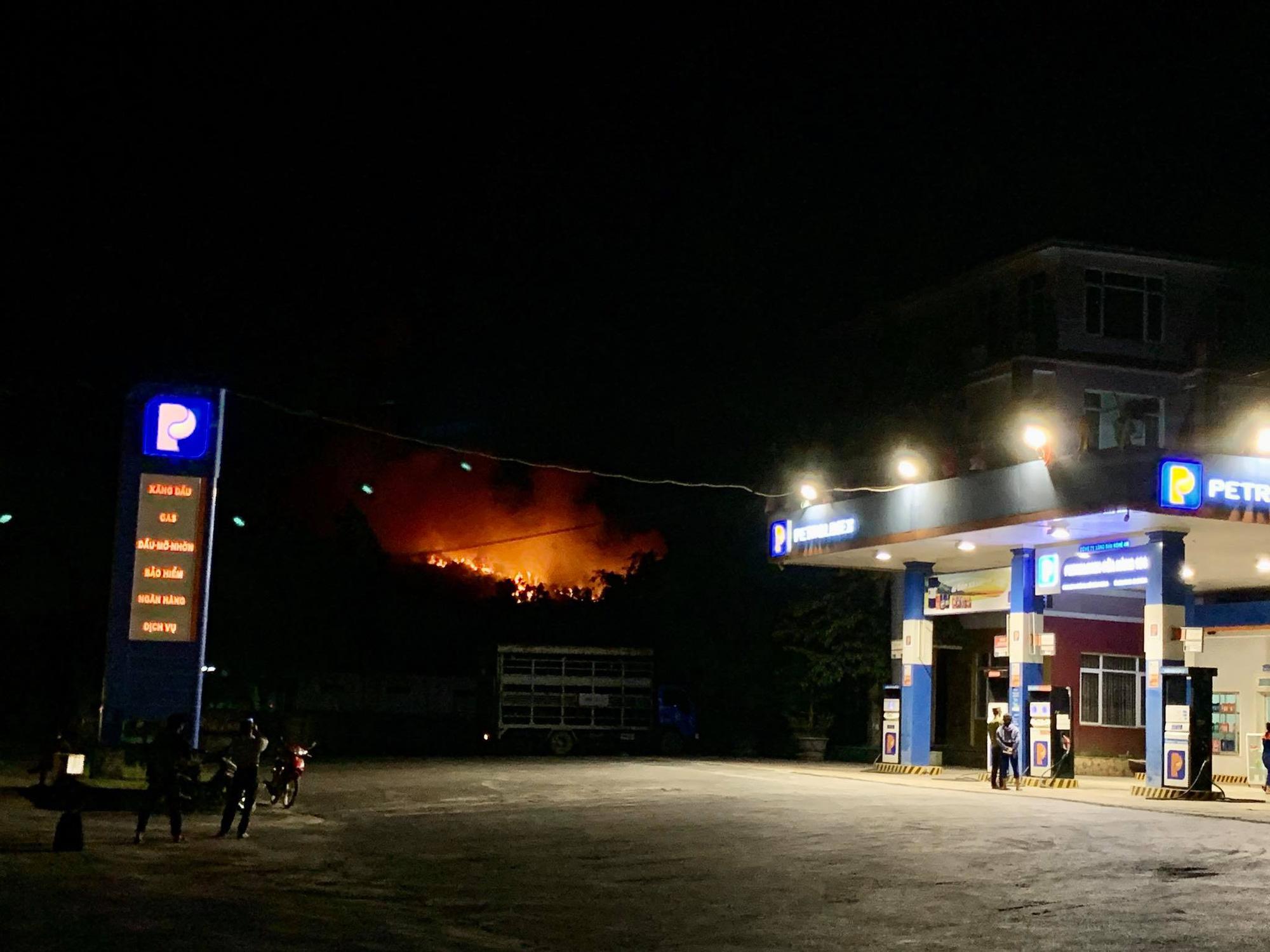 Rừng ở Hà Tĩnh, Nghệ An đang cháy đỏ trời trong đêm - Ảnh 5.