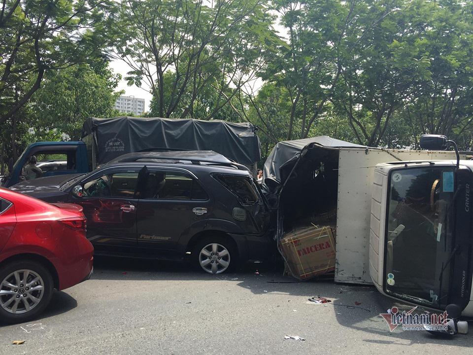 Xe tải đâm ô tô chở 6 người rồi lật nhào, tài xế mắc kẹt trong cabin - Ảnh 1.