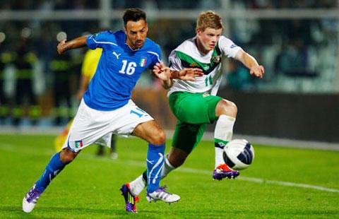 Gorman (phải) trong trận vòng loại EURO 2012 với Italia