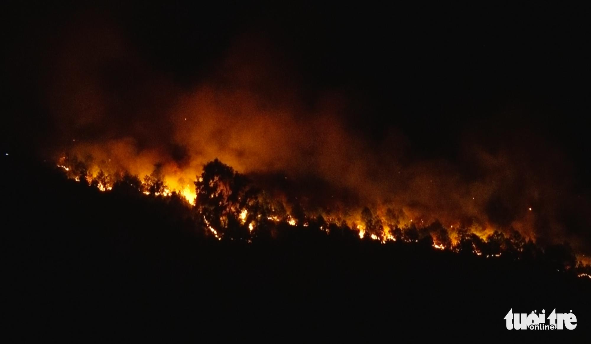 Cận cảnh xuyên đêm chiến đấu 'giặc lửa' cứu rừng - Ảnh 1.