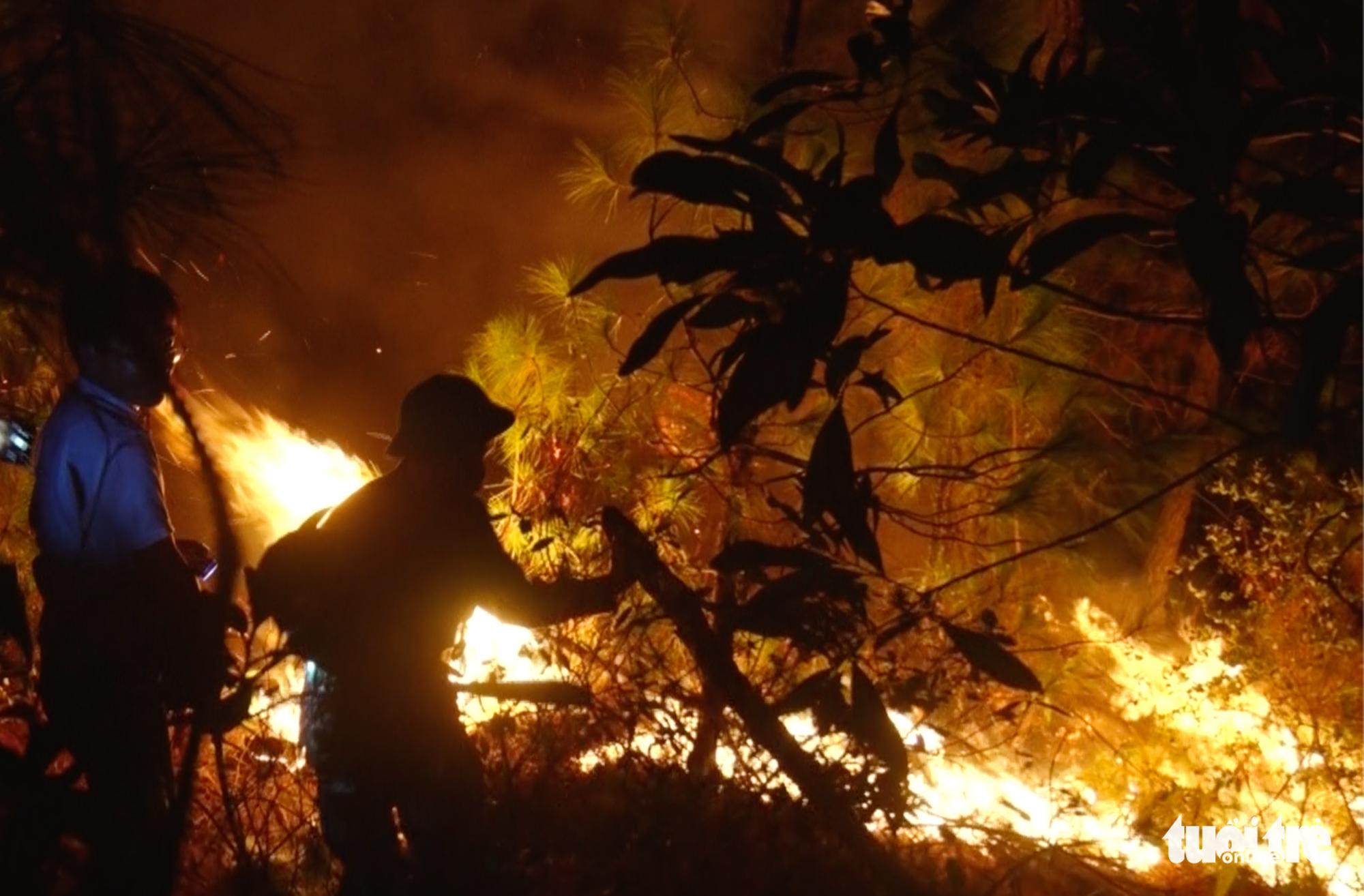 Cận cảnh xuyên đêm chiến đấu 'giặc lửa' cứu rừng - Ảnh 8.