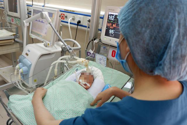 Phổi của bé sơ sinh bị bỏ rơi suốt 3 ngày dưới hố ga bị đông đặc - 1